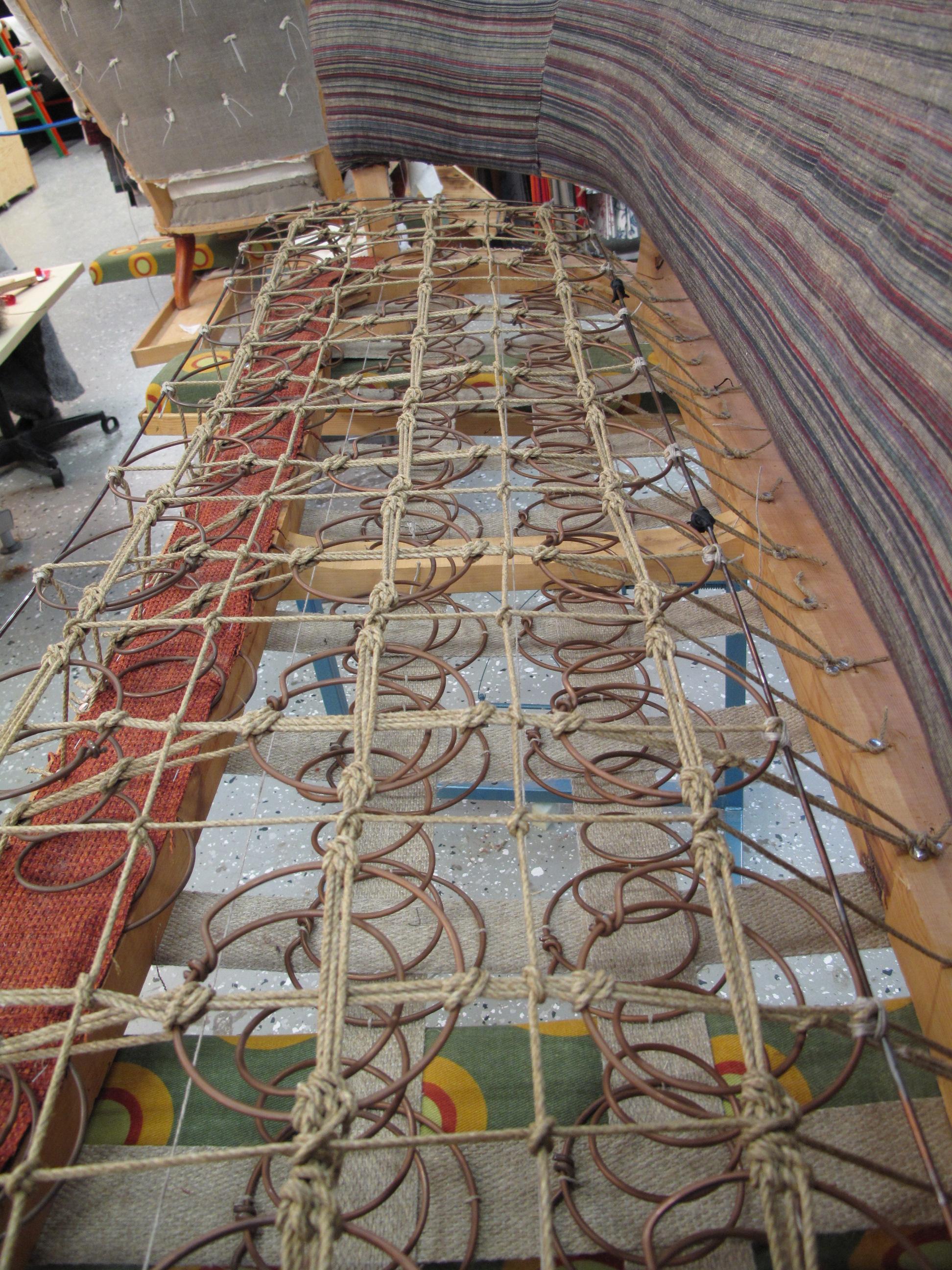 Handknutet resårhus av tapetsere