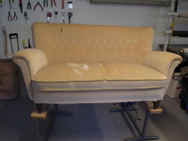 Tapetseraren klär om soffa