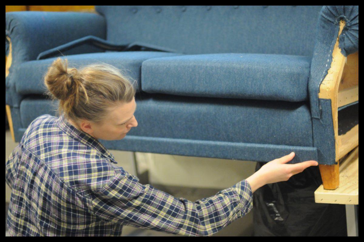 Tapetserare klär om soffa